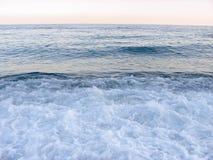 Mooie overzeese golven met schuim in een hete zonnige dag De vakantieconcept van de zomer stock foto