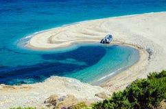 Mooie overzeese lagune met boot op strand Stock Afbeelding