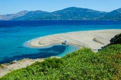 Mooie overzeese lagune met boot op strand Royalty-vrije Stock Foto's
