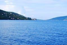 Mooie overzeese mening van de Mediterrane kust Stock Foto's
