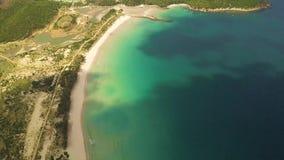 Mooie overzeese mening van hierboven Turkooise overzees en zandig strand luchtlandschap Blauwe oceaan en kustlijn hoogste mening stock footage