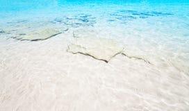 Mooie Overzeese zandhemel en de zomerdag - Reis tropische toevlucht wal Royalty-vrije Stock Afbeelding