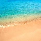 Mooie Overzeese zandhemel en de zomerdag - Reis tropische toevlucht wal Stock Afbeeldingen