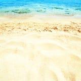 Mooie Overzeese zandhemel en de zomerdag - Reis tropische toevlucht wal Stock Foto's