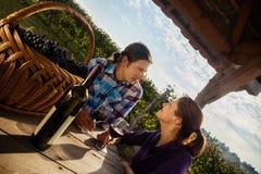 Mooie Paar het Drinken Wijn Stock Foto's