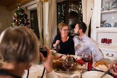 Mooie paar het vieren Kerstmis samen met de familie Stock Afbeelding