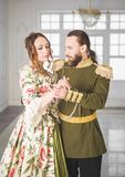 Mooie paarman en vrouw in middeleeuwse kostuums stock afbeeldingen