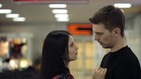 Mooie paaromhelzingen in vertrekzitkamer in luchthaven stock video
