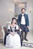 Mooie paarvrouw en man in middeleeuwse kleren stock foto