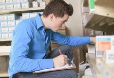 Mooie pakhuismanager die de inventaris controleren stock foto's