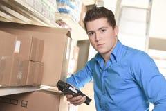 Mooie pakhuismanager die de inventaris controleren stock afbeeldingen