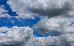 Mooie panorama blauwe hemel en witte wolken Royalty-vrije Stock Fotografie