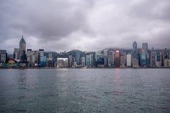 Mooie panoramamening van bedrijfsdistrict van de stad en de rivier van Hongkong op donkere hemelachtergrond stock afbeeldingen