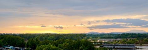 Mooie panoramamening van zonsondergangachtergrond in het platteland van Thailand Royalty-vrije Stock Foto's