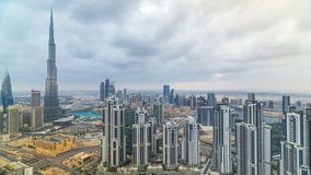 Mooie panoramische horizon van Doubai timelapse, Verenigde Arabische Emiraten Mening van wereldberoemde wolkenkrabbers stock videobeelden