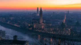 Mooie panoramische zonsondergangmening van oude die stad van Verona, Torre Lamberti en Santa Anastasia-klokketoren met avondmist  stock fotografie