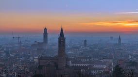 Mooie panoramische zonsondergangmening van oude die stad van Verona, Torre Lamberti en Santa Anastasia-klokketoren met avondmist  royalty-vrije stock afbeelding