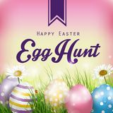 Mooie Pasen-Achtergrond met bloemen en kleurrijke eieren in het gras Stock Afbeeldingen
