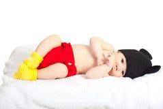 Mooie pasgeboren baby in kostuum Royalty-vrije Stock Afbeelding