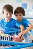 Mooie pasgeboren babyjongen, die in voederbak in het prenatale ziekenhuis leggen, royalty-vrije stock fotografie