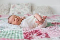 Mooie pasgeboren babyjongen, wijd glimlachen, verpakt in omslag, lyi Royalty-vrije Stock Afbeeldingen