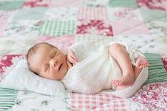 Mooie pasgeboren babyjongen, wijd glimlachen, verpakt in omslag, lyi Stock Afbeelding