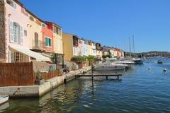 Mooie pastelkleur gekleurde huizen op de waterkant in Haven Grimaud, Frankrijk Royalty-vrije Stock Foto