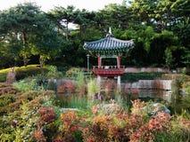 Mooie paviljoen en tuin bij de wereldbekerstadion van Seoel Stock Foto