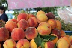 Mooie Perziken in de markt Stock Foto
