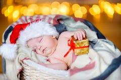 Mooie peuter in een Santa Claus-hoed Stock Foto's
