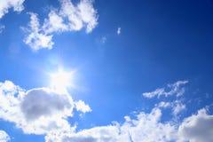 Mooie pluizige witte cumulus en cirruswolken op een diepe blauwe hemel stock afbeeldingen