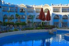 Mooie pool in het Grote Hotel van Cyrene met duidelijk blauw water op de achtergrond van het overzees Stock Foto's