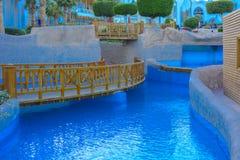 Mooie pool in het Grote Hotel van Cyrene met duidelijk blauw water op de achtergrond van het overzees Royalty-vrije Stock Fotografie