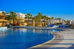 Mooie pool in het Grote Hotel van Cyrene met duidelijk blauw water op de achtergrond van het overzees Stock Fotografie