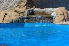 Mooie pool in het Grote Hotel van Cyrene met duidelijk blauw water op de achtergrond van het overzees Royalty-vrije Stock Afbeeldingen