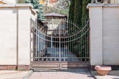 Mooie poort aan elegant huis royalty-vrije stock afbeeldingen