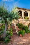 Mooie portiek in de oude stad in Toscanië stock fotografie