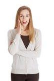 Mooie positieve en toevallige vrouw die verrassing uitdrukken. royalty-vrije stock fotografie