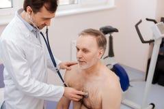 Mooie prominente privé arts die patiënten ademhaling controleren stock fotografie