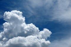 Mooie rainclouds in de blauwe hemel in Chiangmai, Thailand Stock Afbeeldingen