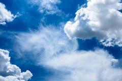 Mooie rainclouds in de blauwe hemel in Chiangmai, Thailand Stock Afbeelding