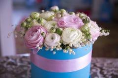 Mooie ranunculus bloemen thuis in de keuken royalty-vrije stock afbeelding