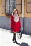 Mooie redhaired vrouw die in de straat lopen Stock Foto's