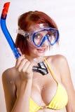 Mooie redhead vrouw die in toestel snorkelt Royalty-vrije Stock Afbeeldingen