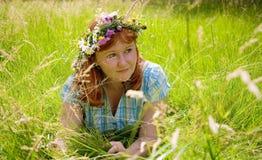 Mooie redheaded vrouw in een bloemkroon Stock Afbeeldingen