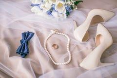 Mooie reeks vrouwen ` s en toebehoren van het bruidegom` s huwelijk Bruid` s ochtend Bruid` s boeket van witte tulpen en blauwe b stock afbeeldingen