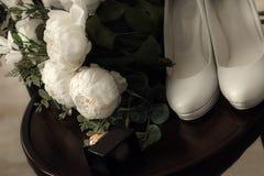 Mooie reeks vrouwen ` s en toebehoren van het bruidegom` s huwelijk Bruid` s ochtend Bruid` s boeket van witte tulpen en blauwe b royalty-vrije stock foto's