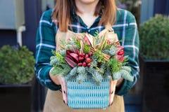 Mooie regeling van de natuurlijke takken van sparren en thuja, pijpjes kaneel, rode bloemen voor de wintervakantie royalty-vrije stock foto