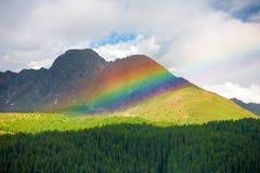 Mooie regenboog onder de pieken van de Dolomietbergen, het Stock Afbeeldingen