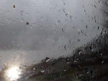 Mooie Regendruppels die onderaan het venster meeslepen royalty-vrije stock afbeelding